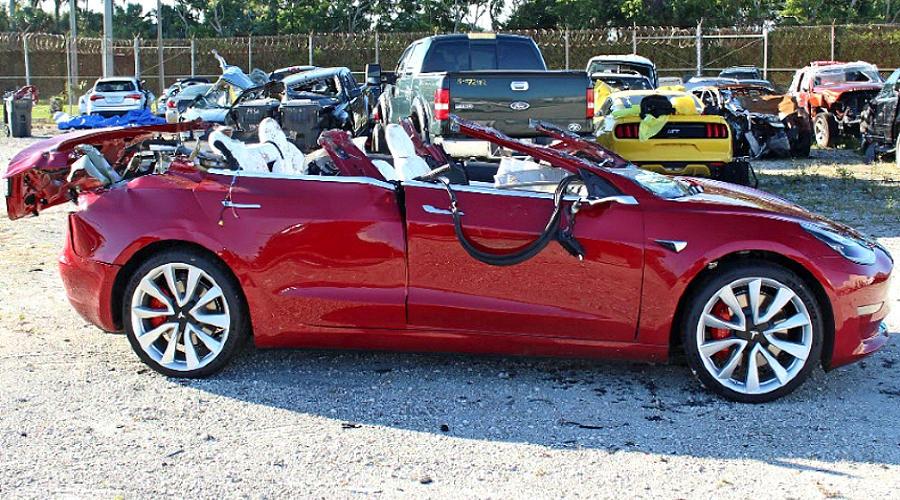 Попавшая под грузовик Tesla Model 3 ©Фото WPTV