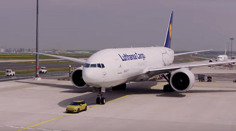 Cooper тащит самолет ©Скриншот видео Motor1
