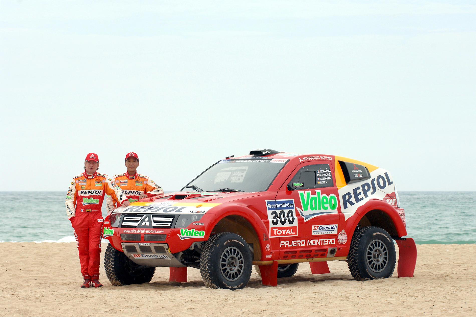 Хироси Масуока (справа). Японский раллист, автогонщик, выигравший ралли-рейд Париж — Дакар дважды: в 2002 и 2003 годах. Выступал на автомобилях Mitsubishi. Всего, с 1987 по 2009 год, провел 21 гонку в рамках «Дакара»