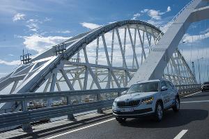 Автомобиль на Крымском мосту ©Фото Евгения Мельченко, Юга.ру