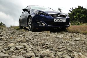"Peugeot 308 GT Line у скалы ""Парус"" ©Фото ЮГА.ру"