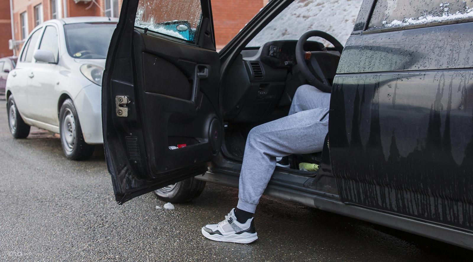А с какой ноги правильно выходить из автомобиля?
