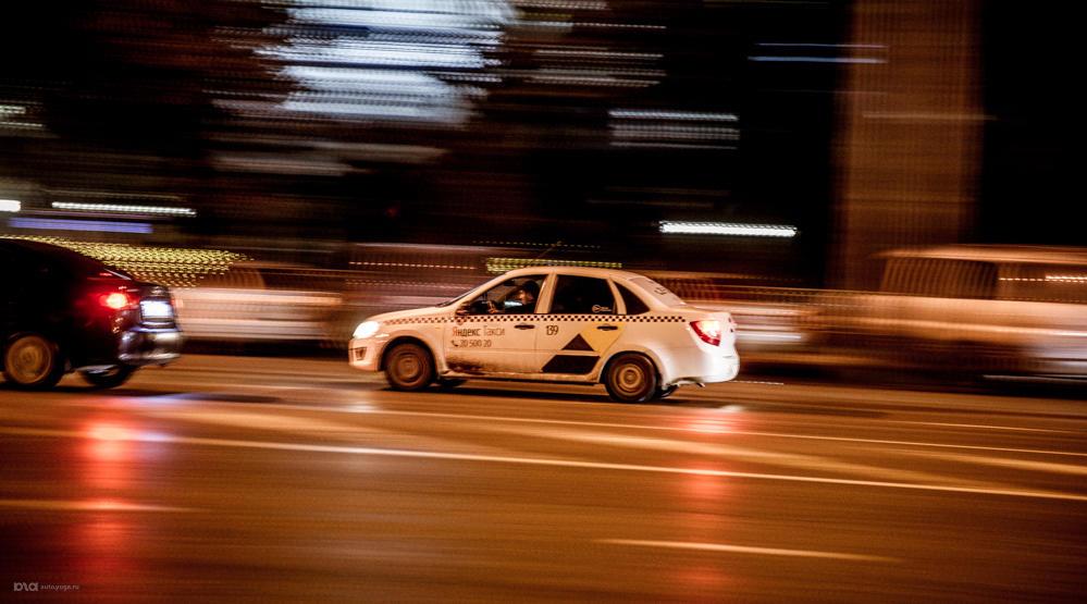 Такси в городе. Спешит на вызов
